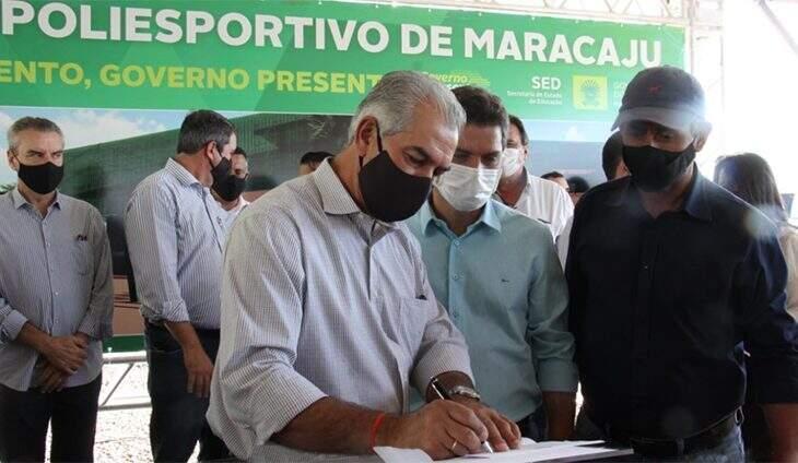 Governador assinando o documento de autorização das obras. (Foto: Chico Ribeiro)
