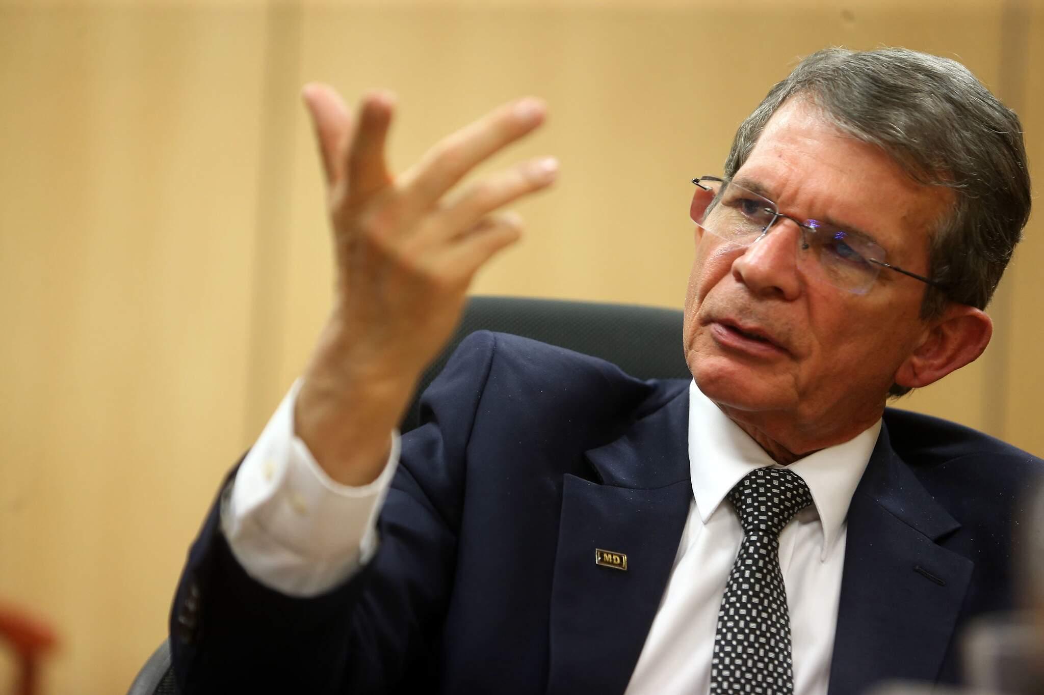 Então ministro interino da Defesa, general Joaquim Silva e Luna, em seu gabinete no Ministério da Defesa, em Brasília. (Foto: Estadão Conteúdo)