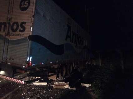 Caminhão derruba poste e deixa bairros sem energia na região sul da Capital