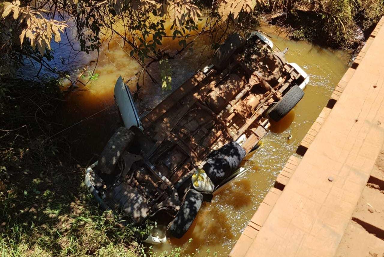Caminhonete caiu dentro de córrego Sete Voltas em Maracaju (Foto: Direto das Ruas)