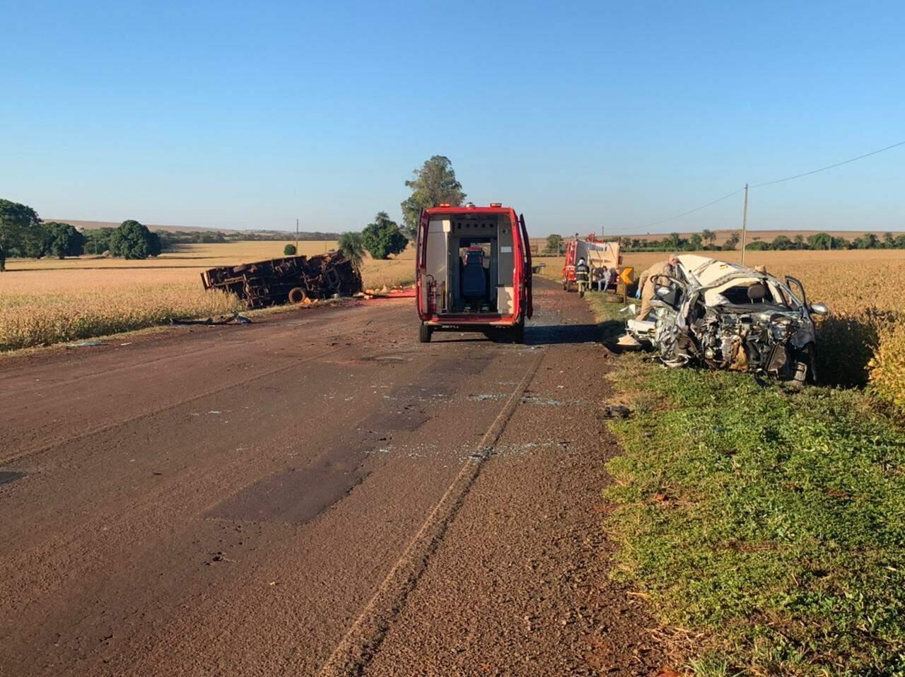 Caminhão tombado à esquerda, enquanto carro de passeio parou do outro da pista (Foto: Maracaju Speed)