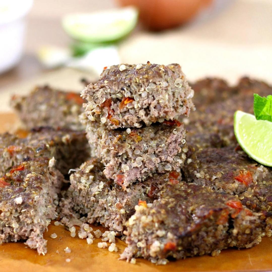 Além de super alimento, quinoa também combina muito bem na massa deste quibe (Foto: Reprodução)
