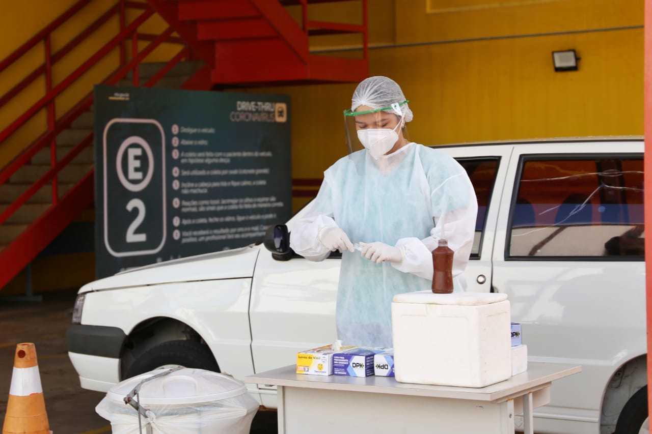 Profissional de saúde em ponto de testes drive thru na Capital. (Foto: Paulo Francis/Arquivo)