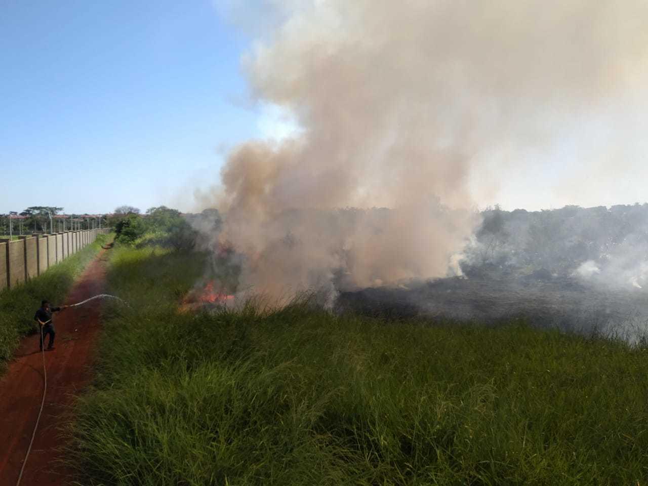 Incêndio atinge vegetação ao lado de condominio e loteamento em Dourados (Foto: Ligado na Notícia)