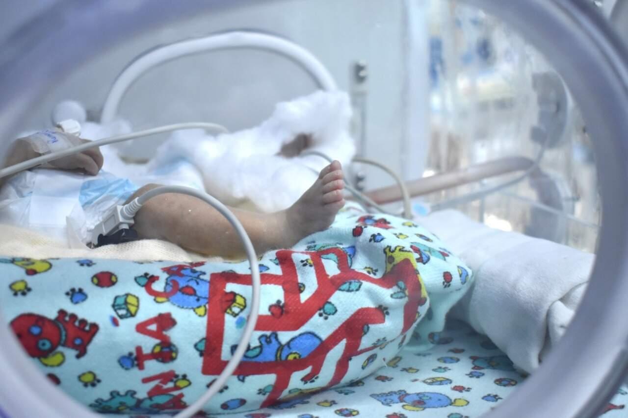 Recém-nascido em leito de UTI da Santa Casa. (Foto: ASCOM Santa Casa de Campo Grande)