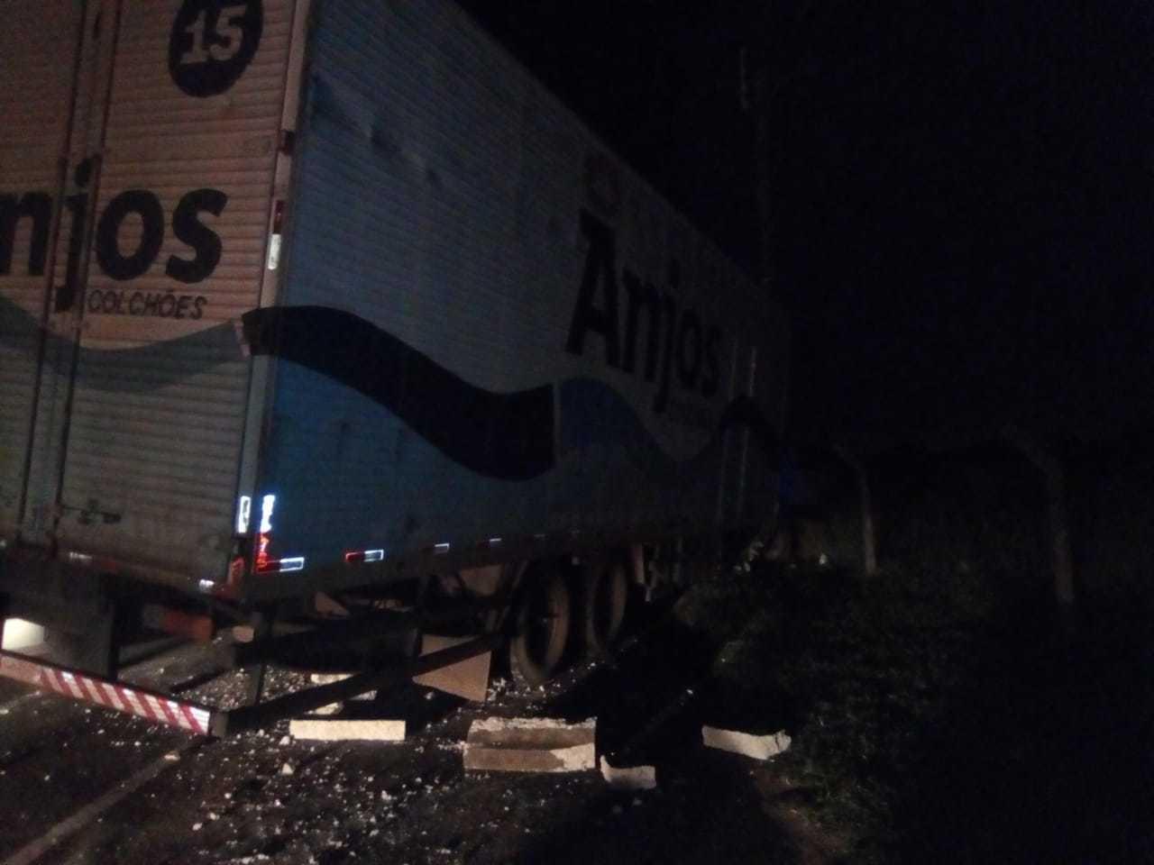 Caminhão batido no poste. (Foto: Direto das Ruas)
