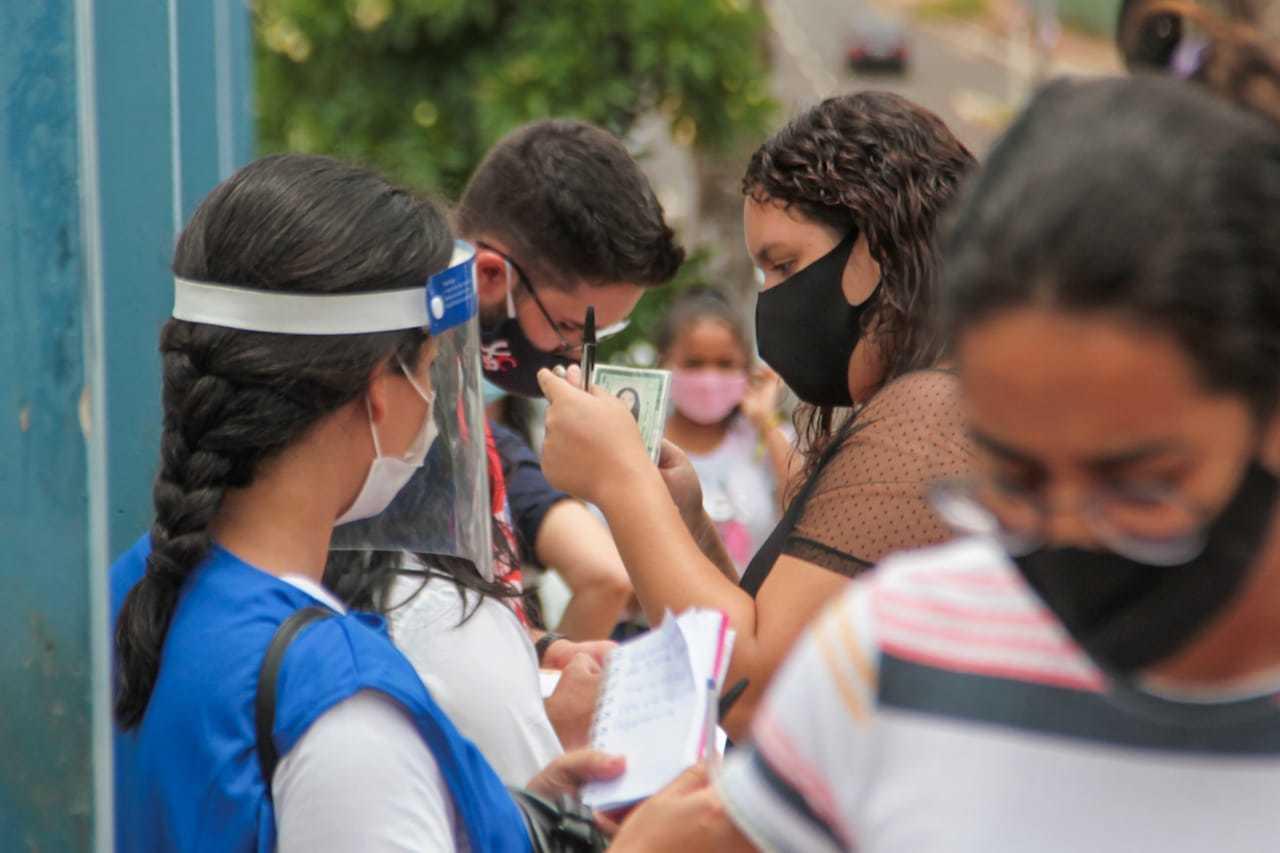 Candidatos que prestaram o Enem em frente à universidade Uniderp. (Foto: Marcos Maluf)