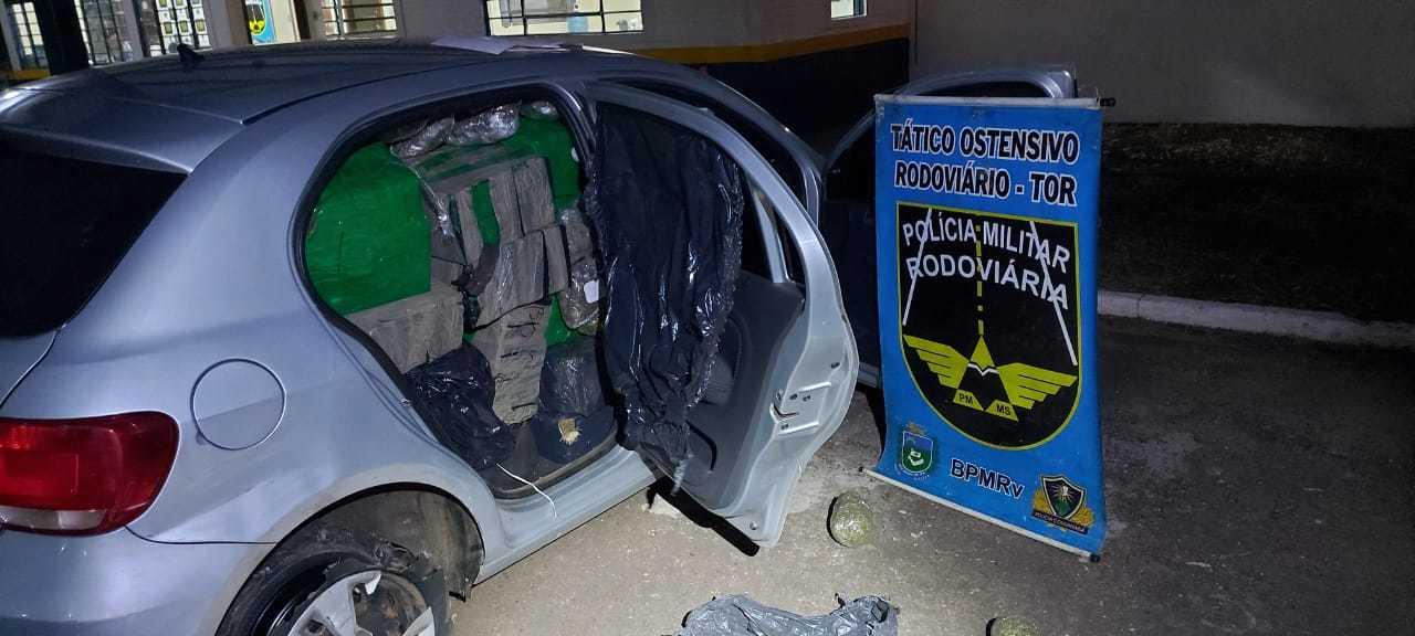 Veículo foi apreendido com 716,7 quilos de maconha (Foto: Divulgação/PMR)