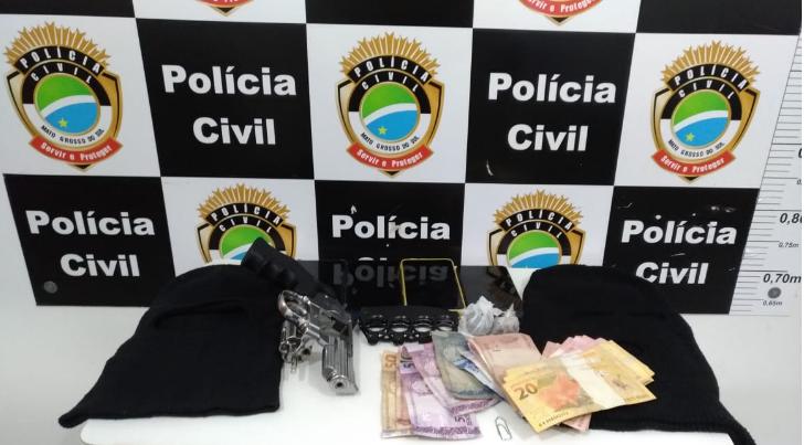 Toucas ninjas, dinheiro, celulares e réplica de pistola foram apreendidos com a quadrilha (Foto: divulgação / Polícia Civil)
