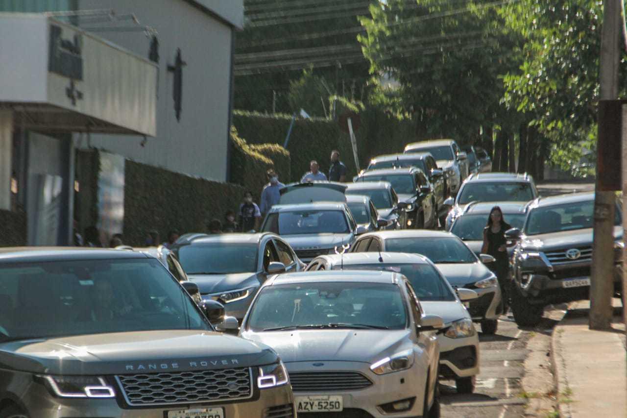 Na rua Dona Joana, o estacionamento é dos dois lados da rua que é estreita. Alguns motoristas param em cima da calçada. (Foto: Marcos Maluf)