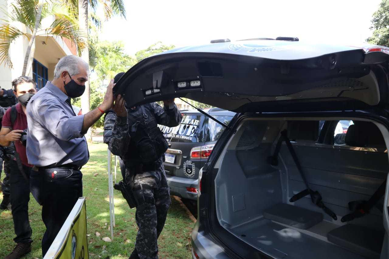 Governador checando estrutura das viaturas entregues hoje (Foto: Kisie Ainoã)