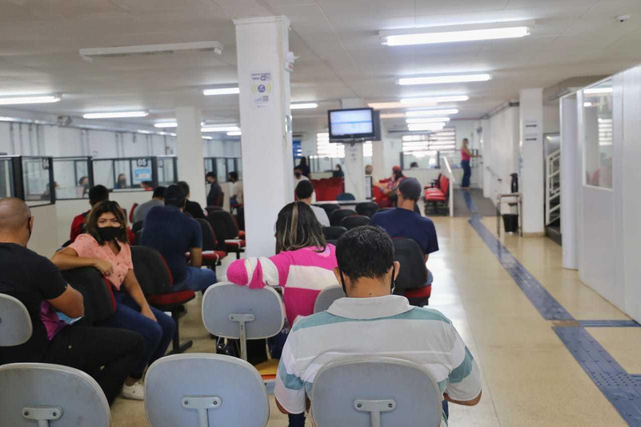 Trabalhadores aguardando por atendimento na recepção da Funsat (Foto: arquivo / Paulo Francis)