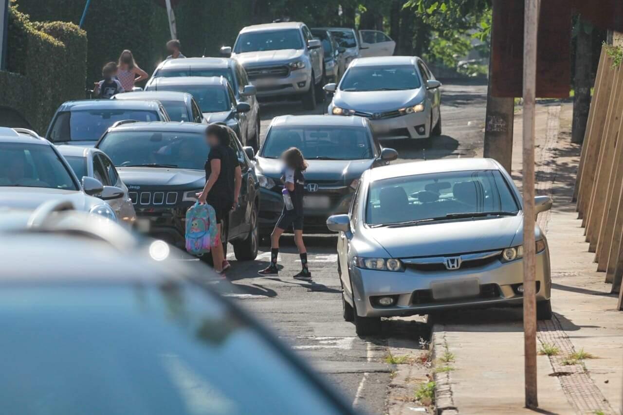 Alguns carros param na calçada em frente à escola. (Foto: Marcos Maluf)