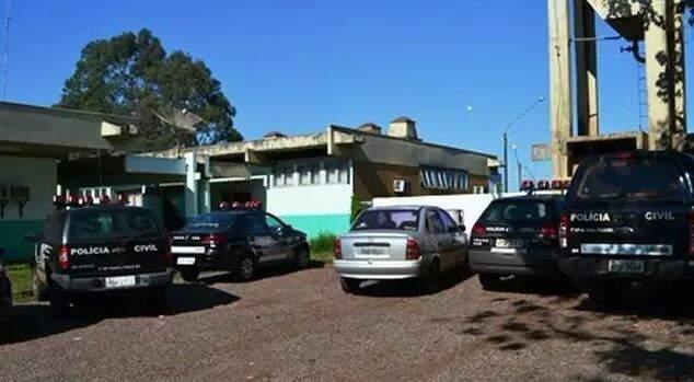 Viaturas em frente à Delegacia de Polícia Civil de Ponta Porã, onde o caso foi registrado. (Foto: Arquivo/Divulgação)