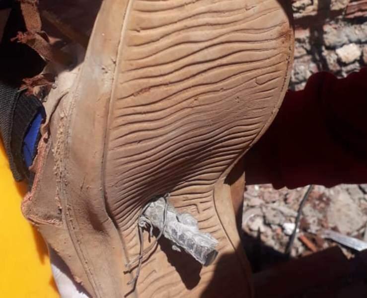 Barra de ferro perfurou calçado e o pé de trabalhador (Foto: Direto das Ruas)