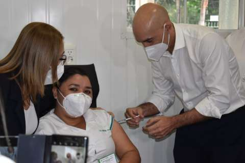 Só agora Paraguai começa a vacinar população e 70 doses chegam à fronteira