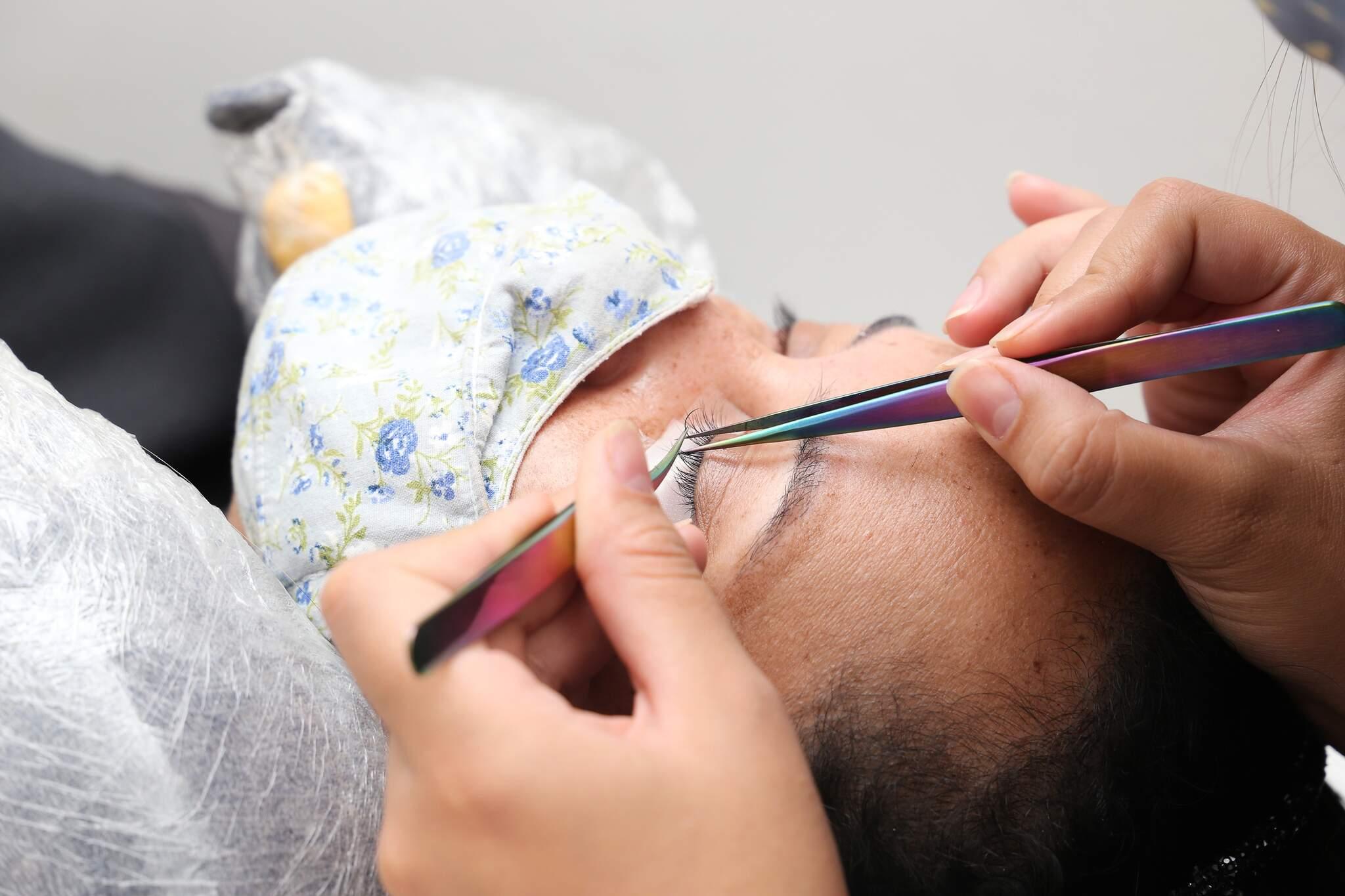 Além do básico, a equipe oferece uma série de outros serviços, como alongamento de cílios, micropigmentação e depilação. (Foto: Paulo Francis)