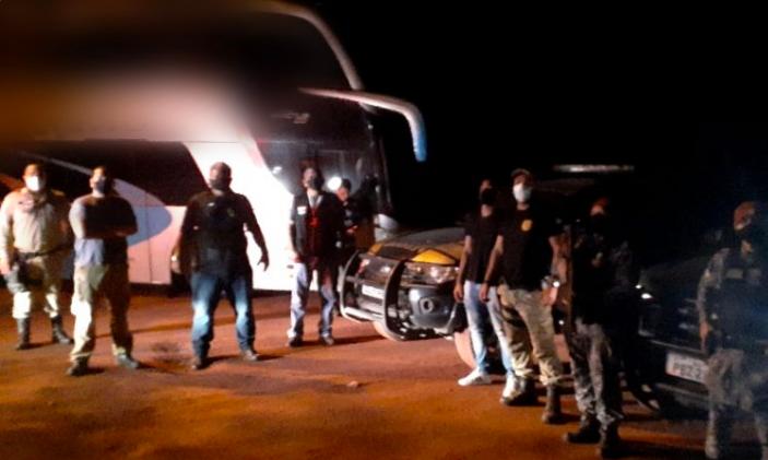 Fiscalização em ônibus com 39 passageiros bolivianos (Divulgação/Coordenadoria de Posturas)