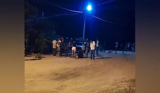 Testemunhas no local onde o jovem foi morto a facadas. (Foto: Água Clara MS)
