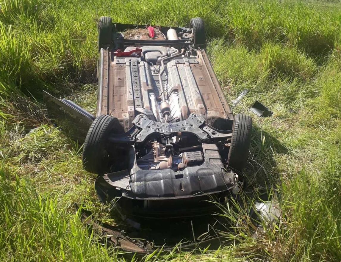 Estado em que o carro de Myrella ficou após o acidente. Ela e a filha estavam no carro quando aconteceu. (Foto: Direto das Ruas)