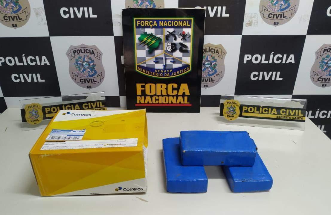 Os três tabletes de maconha estava dentro de uma embalagem da empresa. (Foto: Folha de Vitória)