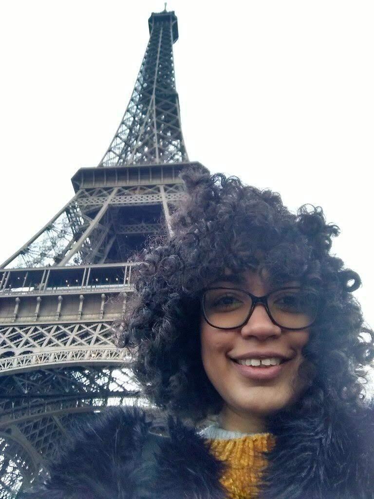 Selfie de Vanessa ao pé da Torre Eiffel (Foto: Arquivo Pessoal)