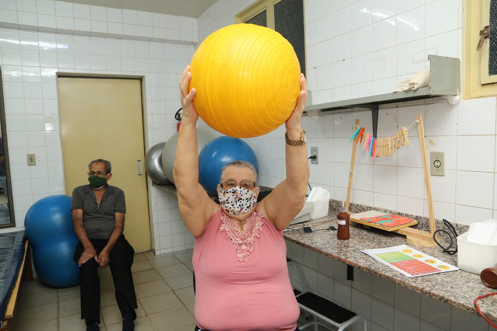Otávio, ao fundo, e Edna, à frente, durante sessão em reabilitação (Foto: Kísie Ainoã)