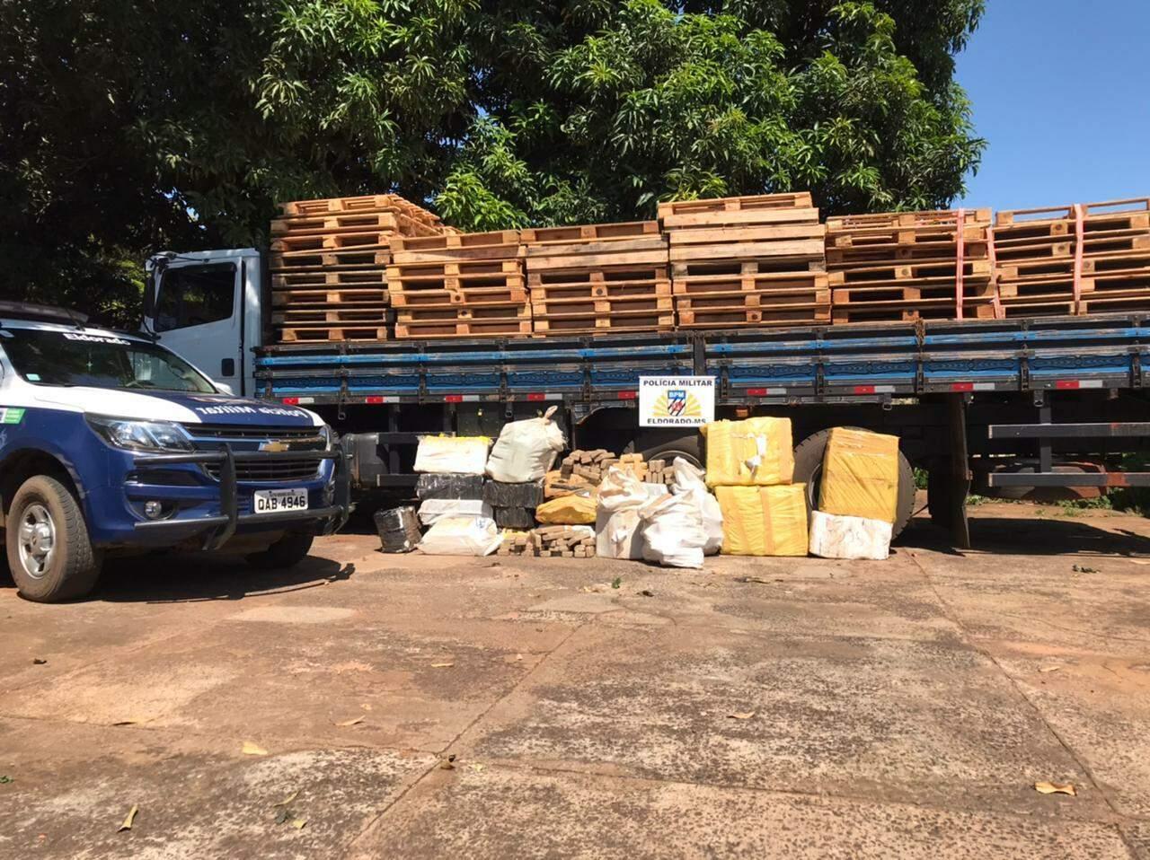 Veículo apreendido com mais de 600 quilos de maconha; homem, de 34 anos, foi preso (Foto: Divulgação/PMMS)