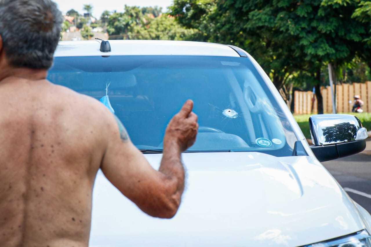 Homem foi ferido de raspão durante tentativa de assalto no Jardim Mansur. (Foto: Henrique Kawaminami)