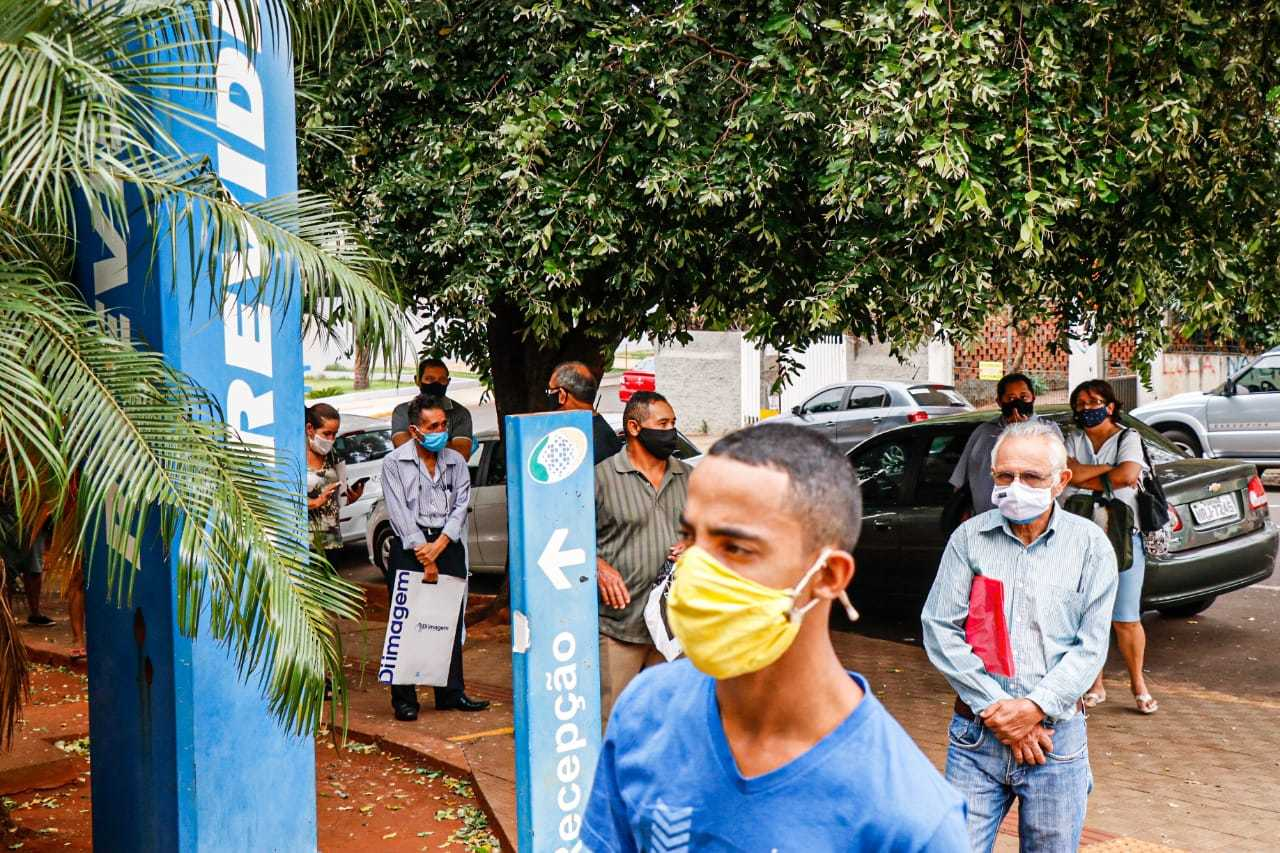 Beneficiários do INSS aguardam atendimento em agência da Capital (Foto: Henrique Kawaminami)