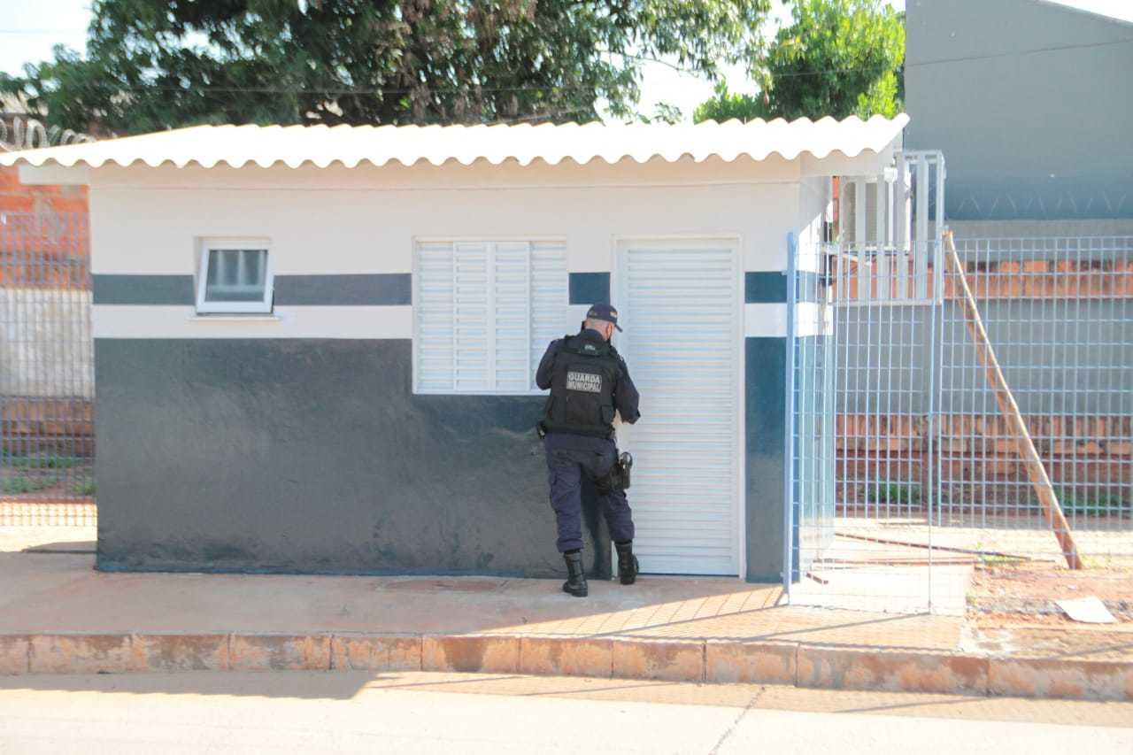 Guarda abrindo a porta do posto fixo da Guarda Civil Metropolitana ativado no Terminal Bandeirantes. (Foto: Marcos Maluf)