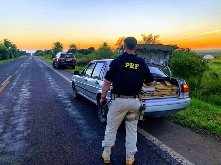 Santana carregado de droga apreendido pela PRF (Foto: Divulgação)