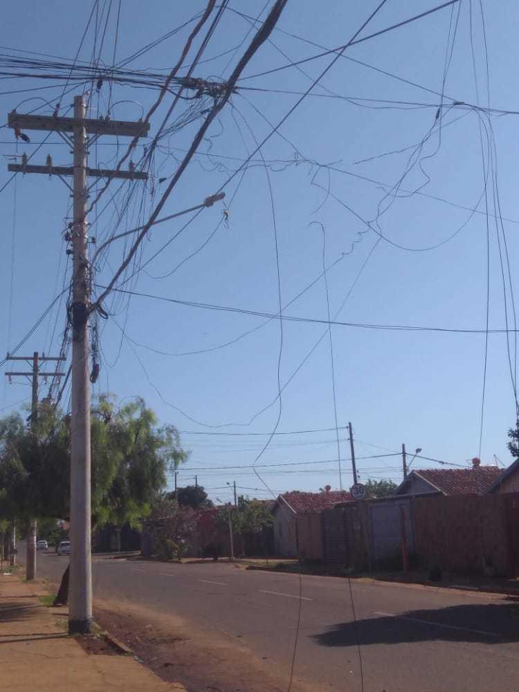 Emaranhados de fios soltos. (Foto: Direto das Ruas)