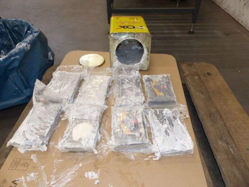 Tabletes de cocaína estavam em latas de argamassa que saíram do Paraguai (Foto: ABC Color)
