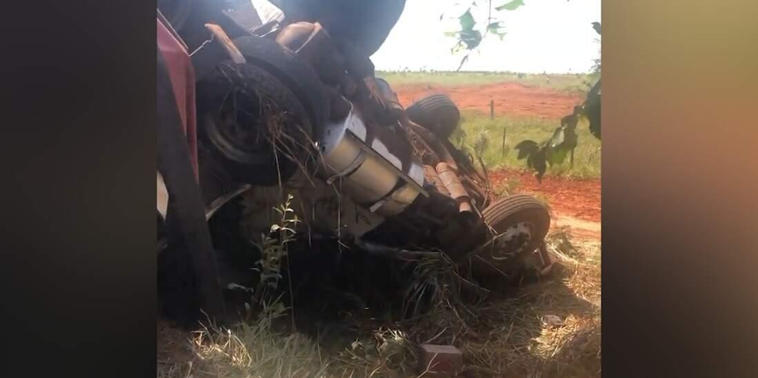 Veículo ficou virado fora da pista onde o acidente aconteceu. (Foto: Reprodução/Vídeo)