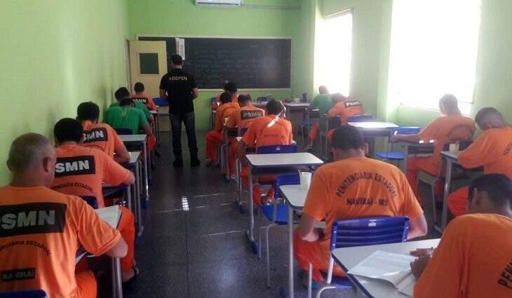 Imagem divulgada pelo Governo do Estado, durante aplicação da prova do Enem em presídio. (Foto: Divulgação)