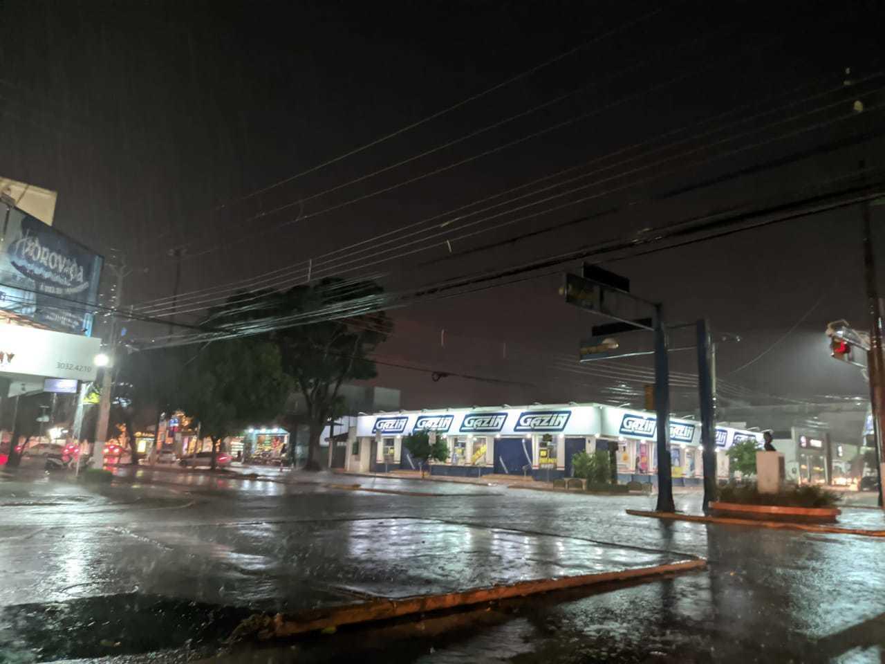 Região Centro da Dourados durante a chuva desta noite. (Foto: Helio de Freitas)