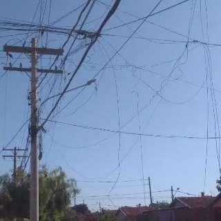 Fios de poste de energia são arrebentados na Vila Fernanda