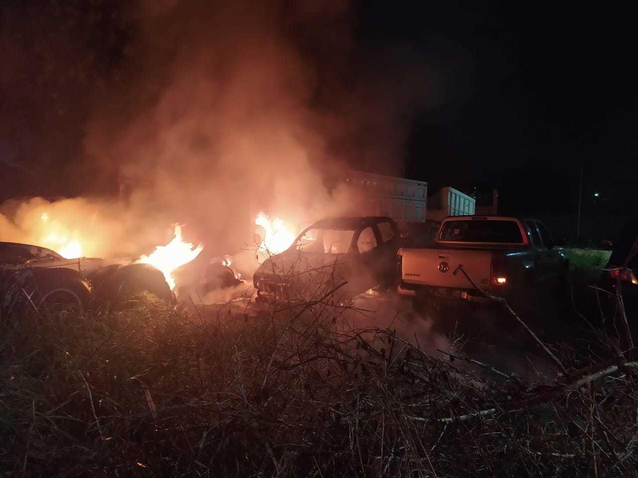 Duas caminhinetes e uma carreta foram atingidas pelo fogo (Foto: Divulgação)