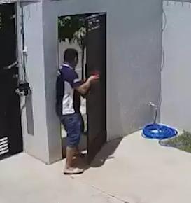 Suspeito entrando em residência furtada, no Jardim Los Angeles (Foto: Reprodução/vídeo)
