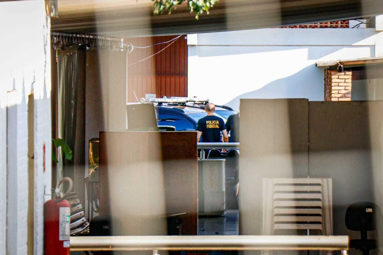Polícia Federal na sede da Seleta hoje de manhã. (Foto: Henrique Kawaminami)