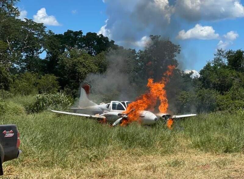Avião boliviano encontrado no meio do mato foi queimado (Foto: ABC Color)