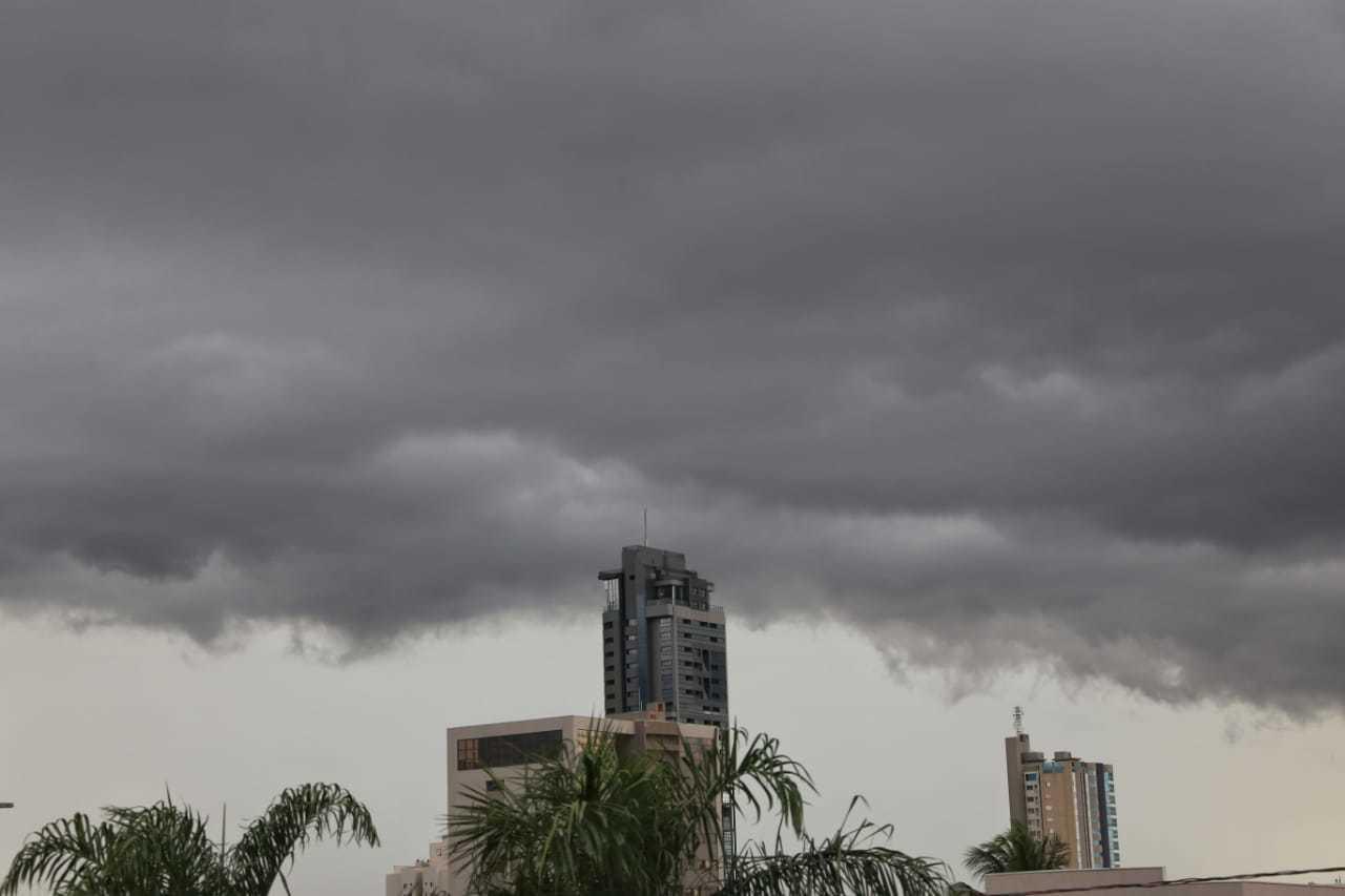 Antes da chuva, nuvens carregadas já anunciavam temporal (Foto: Paulo Francis)