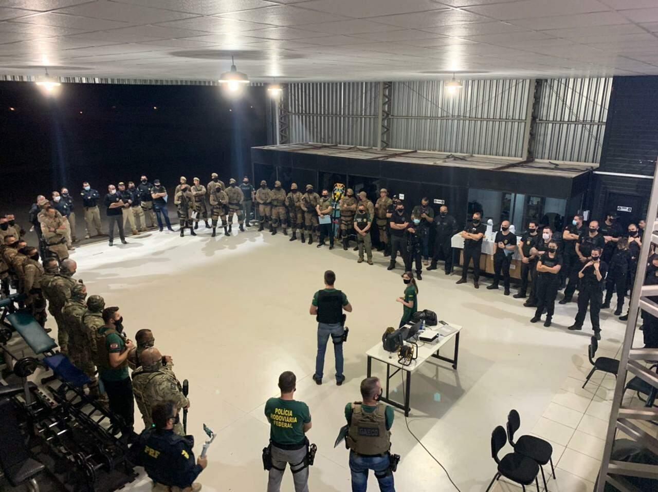 Policiais e agentes reunidos em Santa Catarina para o acerto dos últimos ajustes antes da deflagração da operação, no início desta manhã (Foto: MPSC/Divulgação)