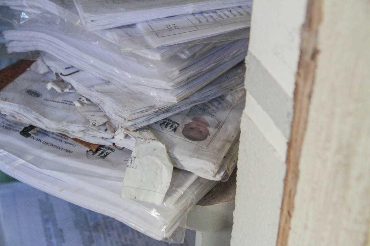Documentação das crianças que frequentavam a creche ficaram abandonadas no local. (Foto: Marcos Maluf)