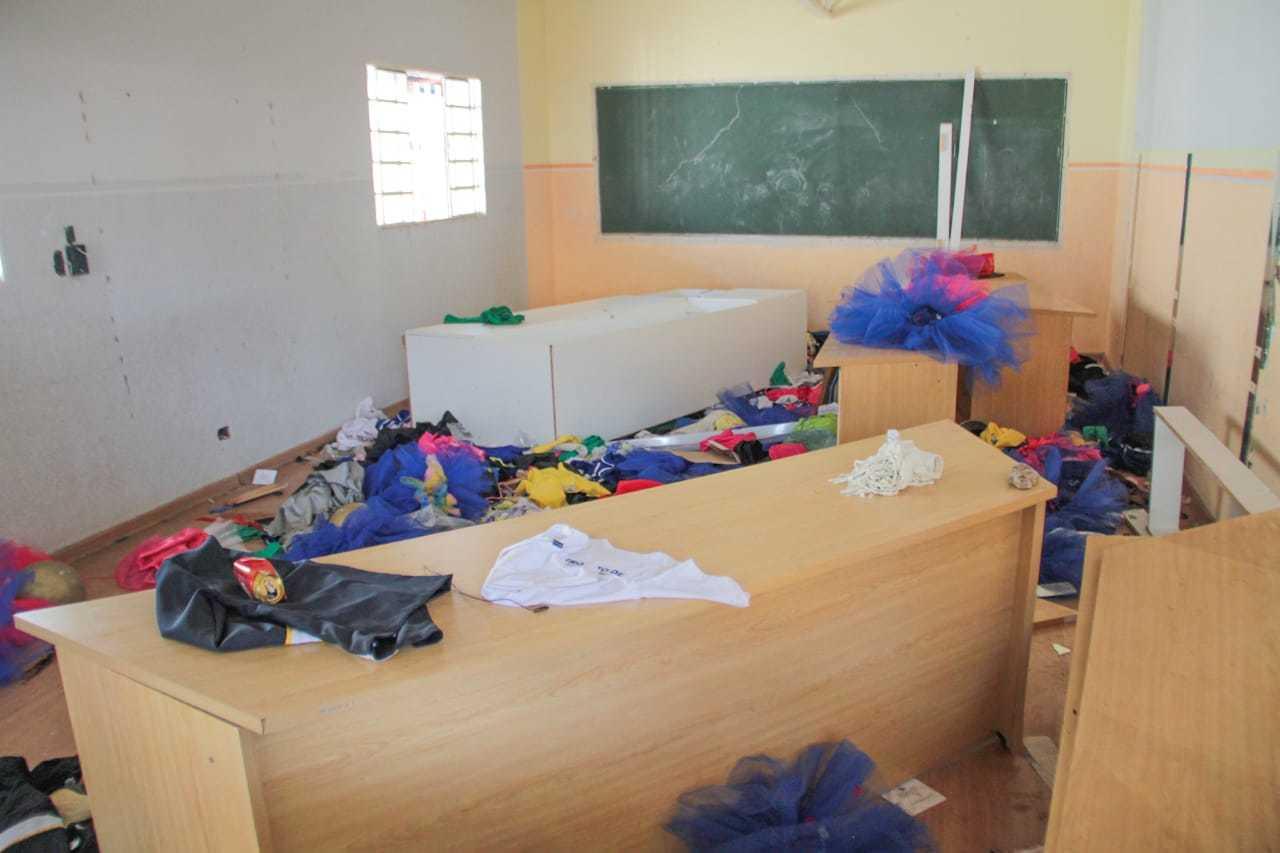 Fantasias e móveis indicavam a existência de crianças e de vida no local. (Foto: Marcos Maluf)