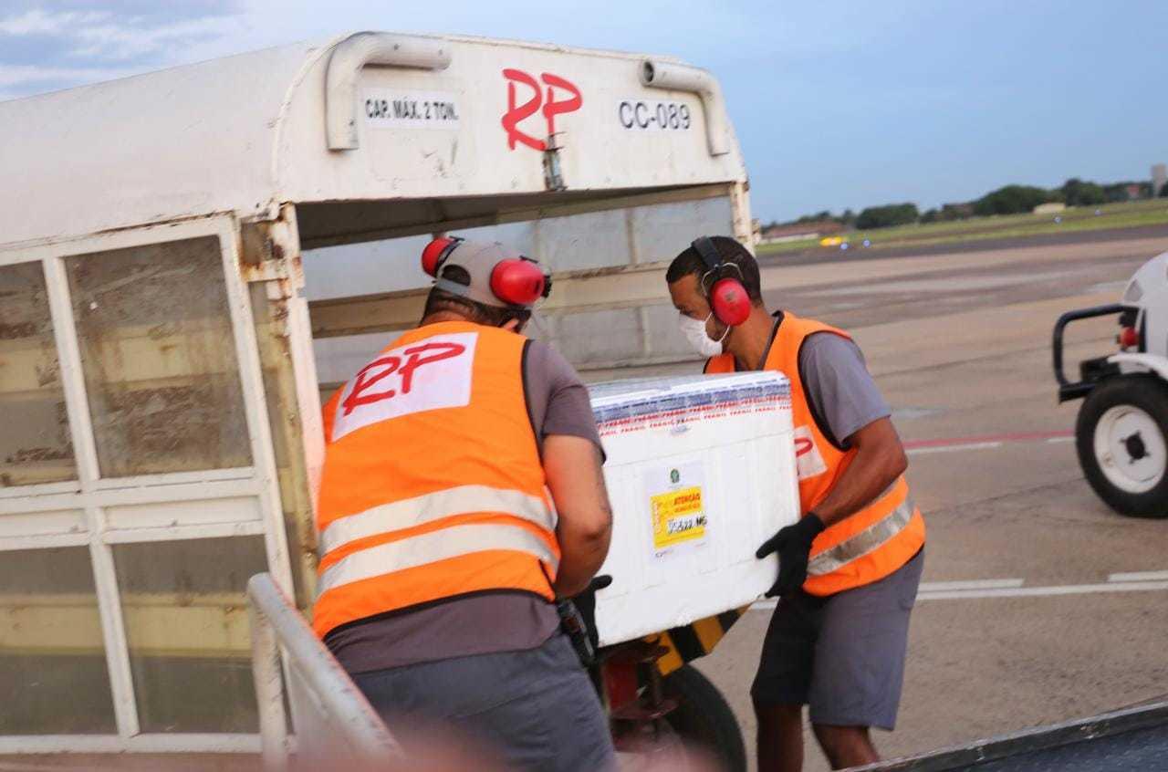 Doses fabricadas pelo laboratório Astrazeneca/Oxford chegaram ontem em Campo Grande (Foto: Paulo Francis/Arquivo)