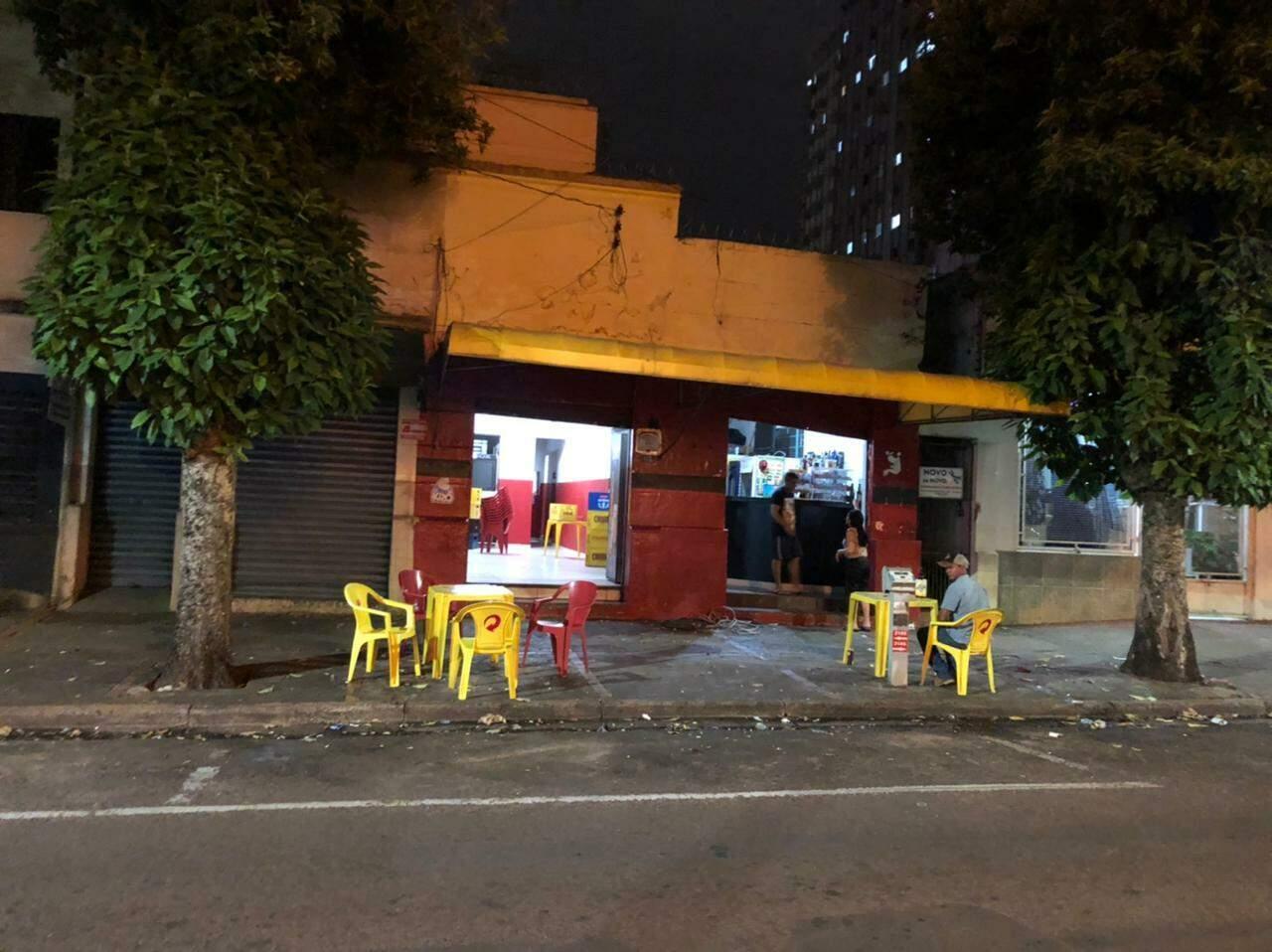 Bar na Rua 15 de Novembro tem 56 anos de história. (Foto: Lucas Mamédio)
