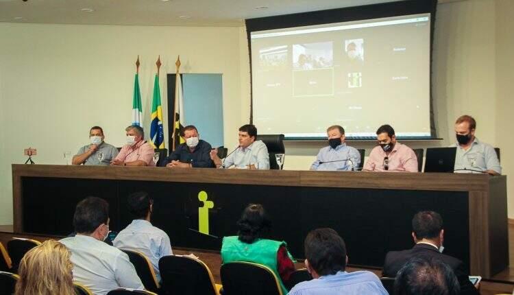 Reunião de prefeitos na terça-feira sobre a volta das aulas. (Foto: Edson Ribeiro/ Assomasul)