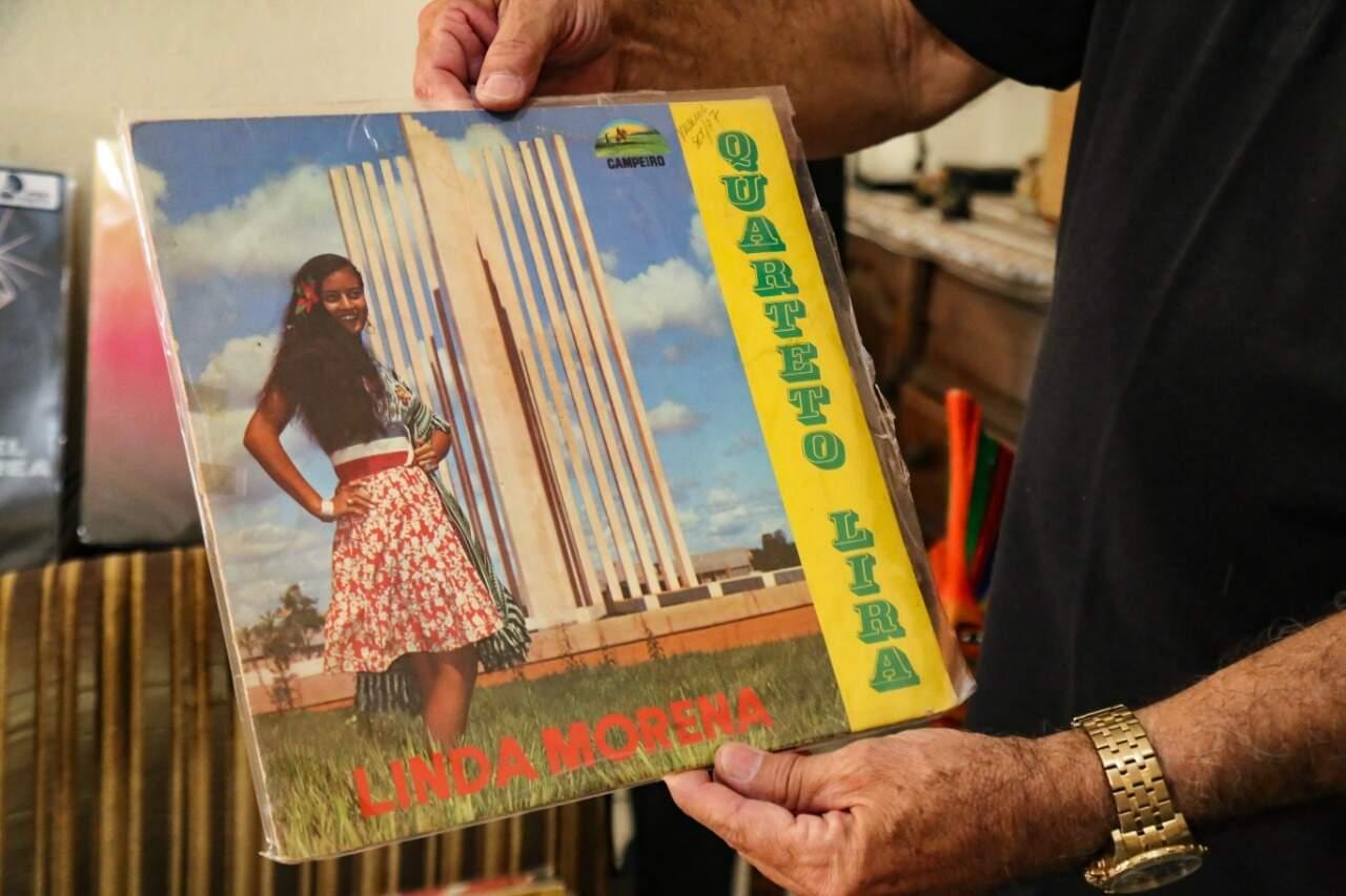 Primeiro álbum de Linda Morena; fotografia foi realizada no recém inaugurado paliteiro da UFMS (Foto: Kísie Ainoã)